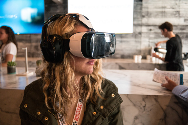 Woman_Using_a_Samsung_VR_Headset_at_SXSW_2015_(2015-03-15_14.10.24_by_Nan_Palmero)